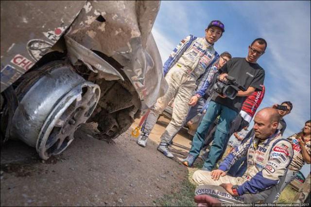 Góc fan Toyota tự hào: Land Cruiser mất bánh nhưng vẫn chạy đua địa hình suốt 70 km - Ảnh 7.