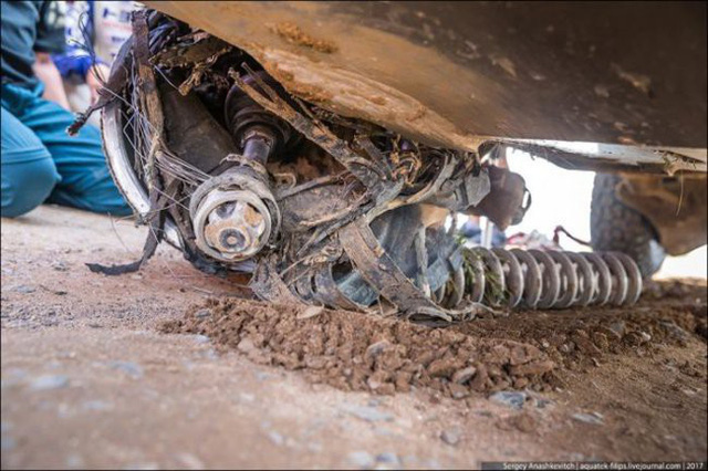 Góc fan Toyota tự hào: Land Cruiser mất bánh nhưng vẫn chạy đua địa hình suốt 70 km - Ảnh 10.