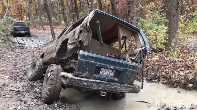 Đi phượt địa hình nhưng bị sa lầy, Jeep Cherokee cũ vỡ tung thành 2 mảnh - Ảnh 1.