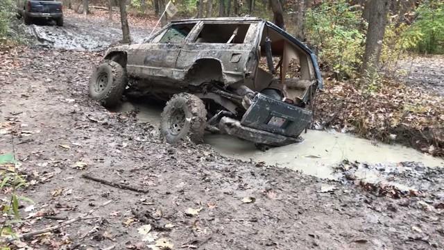 Đi phượt địa hình nhưng bị sa lầy, Jeep Cherokee cũ vỡ tung thành 2 mảnh - Ảnh 2.