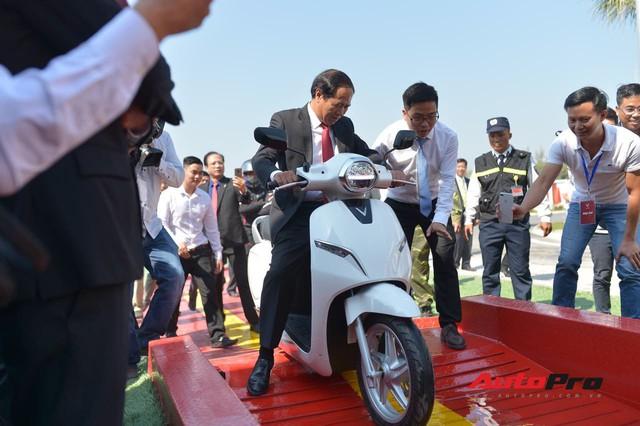 Bí thư thành uỷ Hải Phòng lái xe máy điện thông minh VinFast Klara qua vũng nước sâu 50cm - Ảnh 1.