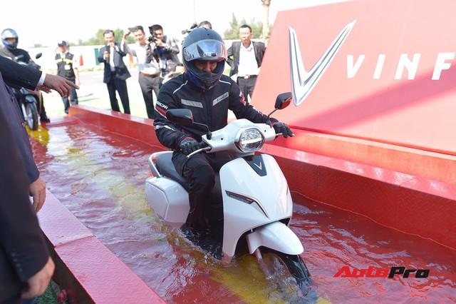 Bí thư thành uỷ Hải Phòng lái xe máy điện thông minh VinFast Klara qua vũng nước sâu 50cm - Ảnh 5.