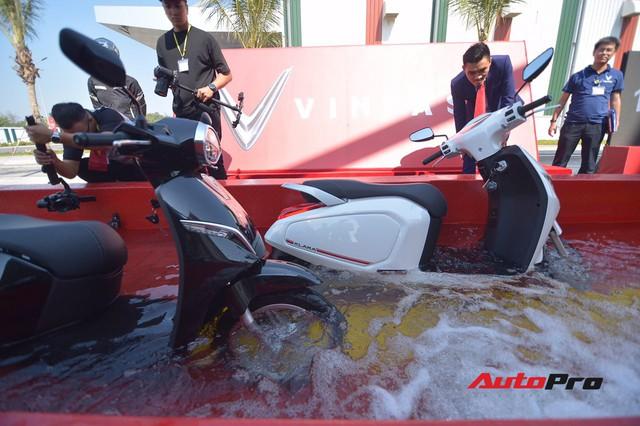 Bí thư thành uỷ Hải Phòng lái xe máy điện thông minh VinFast Klara qua vũng nước sâu 50cm - Ảnh 6.