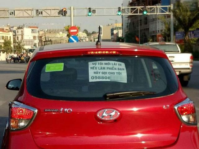 Dòng chữ vợ tôi mới lái xe, nếu có làm phiền bạn hãy gọi cho tôi gây sốt mạng xã hội - Ảnh 2.