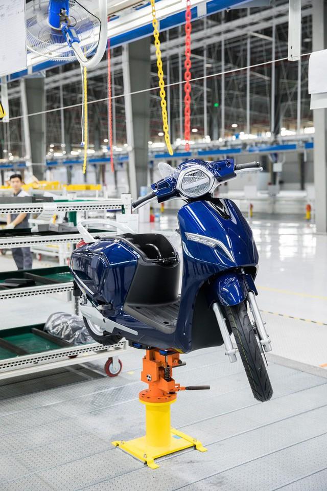 Ảnh cận cảnh quy trình lắp ráp một chiếc xe máy điện của VinFast - Ảnh 17.