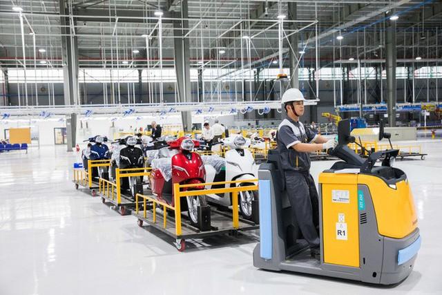 Ảnh cận cảnh quy trình lắp ráp một chiếc xe máy điện của VinFast - Ảnh 21.