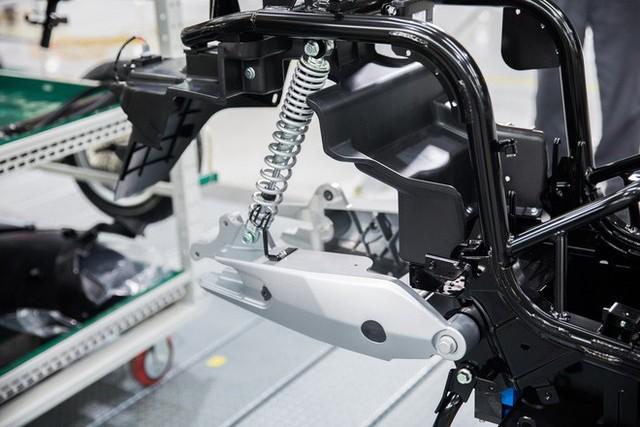 Ảnh cận cảnh quy trình lắp ráp một chiếc xe máy điện của VinFast - Ảnh 7.