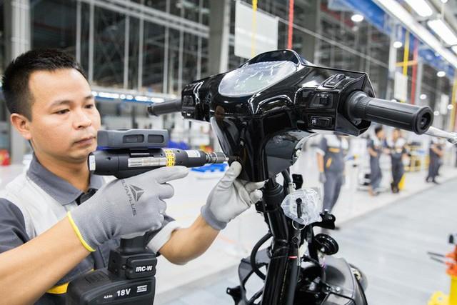 Ảnh cận cảnh quy trình lắp ráp một chiếc xe máy điện của VinFast - Ảnh 10.