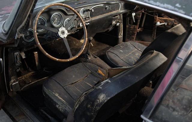 Bị bỏ hoang 40 năm trong rừng, xe Aston Martin độn giá gấp 100 lần so với ban đầu - Ảnh 4.
