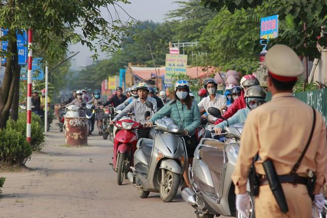 Người dân phải dắt bộ xe máy hàng trăm mét ngược vỉa hè để tránh ùn tắc: Hệ quả của xe buýt nhanh BRT? - Ảnh 3.