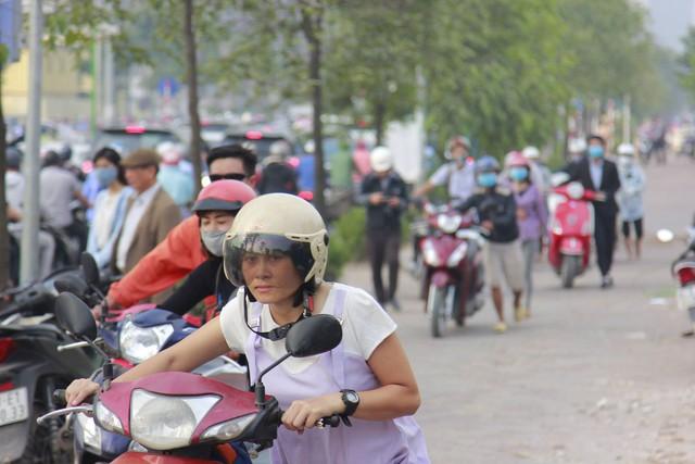 Người dân phải dắt bộ xe máy hàng trăm mét ngược vỉa hè để tránh ùn tắc: Hệ quả của xe buýt nhanh BRT? - Ảnh 4.