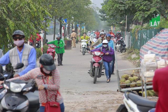 Người dân phải dắt bộ xe máy hàng trăm mét ngược vỉa hè để tránh ùn tắc: Hệ quả của xe buýt nhanh BRT? - Ảnh 5.
