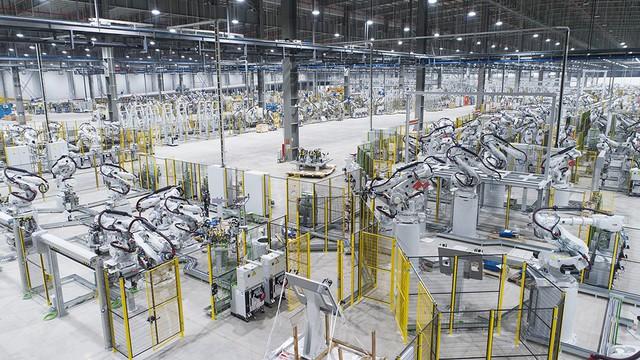 VinFast sản xuất sedan và SUV Lux từ tháng 3 năm sau với 1.200 robot - Ảnh 1.