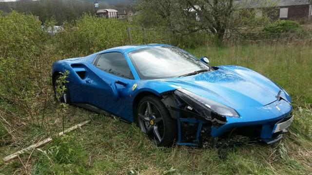 Bị tai nạn, chủ nhân Ferrari 488 GTB vứt luôn xe tại chỗ, không thèm quay lại lấy - Ảnh 1.