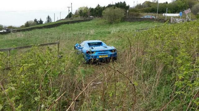 Bị tai nạn, chủ nhân Ferrari 488 GTB vứt luôn xe tại chỗ, không thèm quay lại lấy - Ảnh 2.