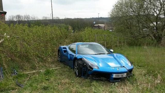 Bị tai nạn, chủ nhân Ferrari 488 GTB vứt luôn xe tại chỗ, không thèm quay lại lấy - Ảnh 5.