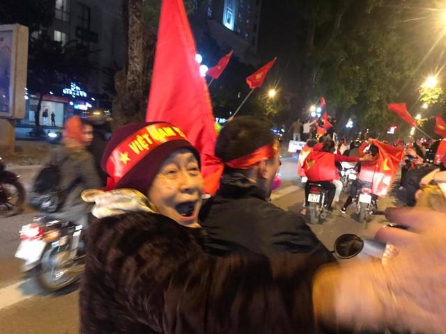 Tâm bão đêm qua: Cụ bà ngồi sau xe máy bắt tay, ăn mừng Việt Nam vô địch AFF Cup - Ảnh 1.