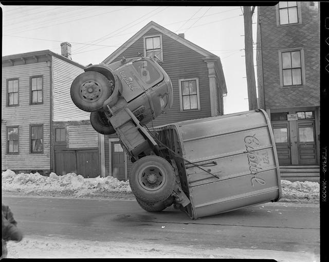 Bộ ảnh hiếm về tai nạn xe hơi ở thế kỷ trước - Ảnh 14.