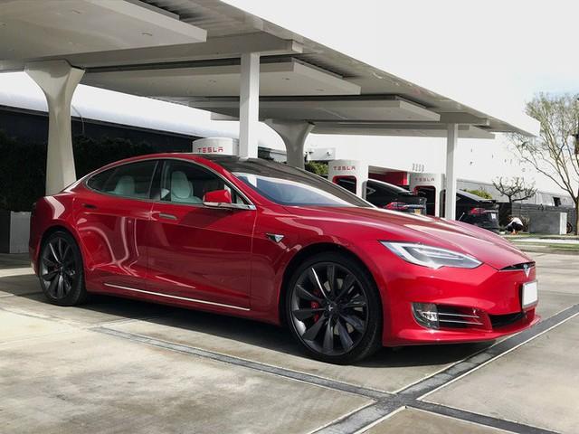 Bật chế độ Autopilot rồi ngủ, lái xe Tesla bị cảnh sát tóm gọn - Ảnh 1.