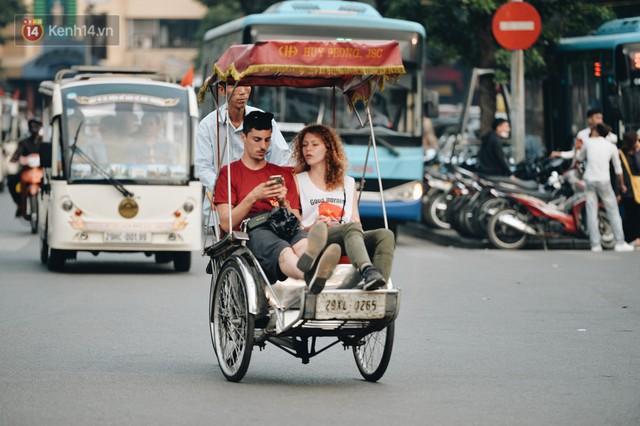 Dành 1 ngày vi vu Hà Nội: Chọn xích lô, ô tô điện hay buýt 2 tầng để tham quan Thủ đô? - Ảnh 1.