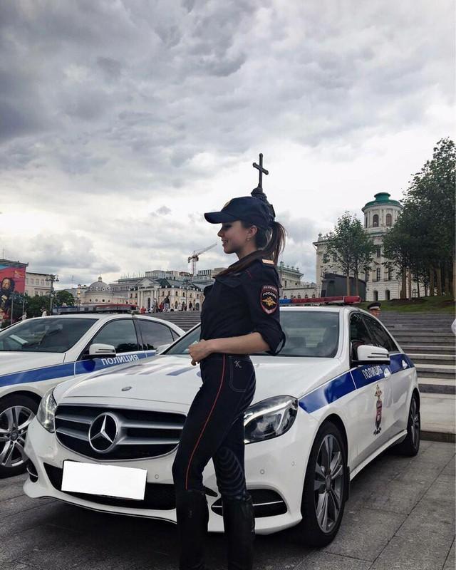 Bộ ảnh nữ cảnh sát giao thông Nga xinh đẹp khiến mọi nam tài xế đều mê mẩn ngắm nhìn - Ảnh 14.