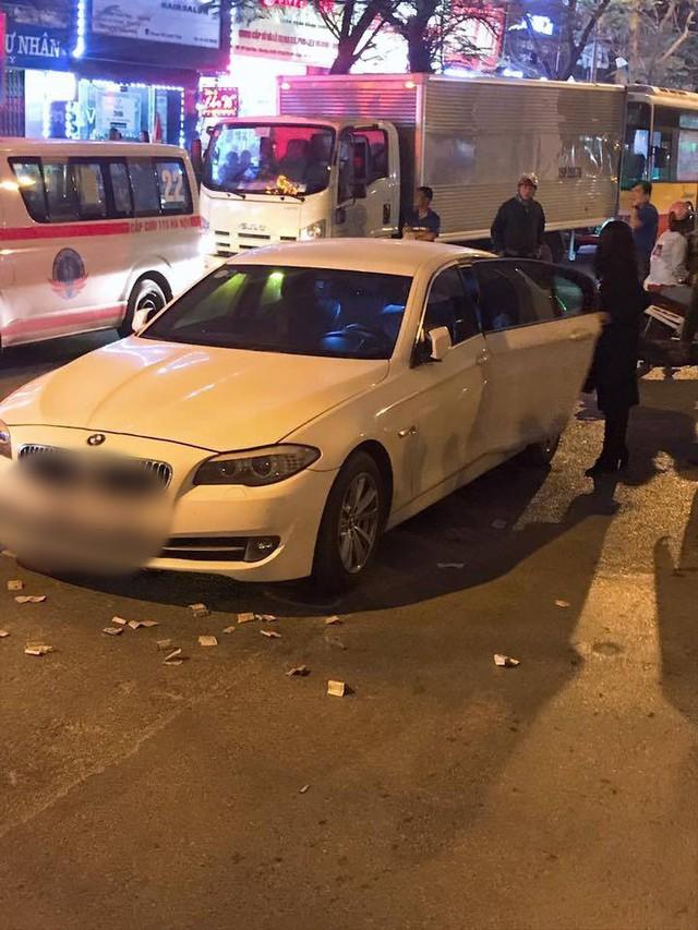 Hà Nội: Va chạm mạnh với xe BMW ngã xuống đường, nữ sinh viên bị xe buýt cán tử vong - Ảnh 2.