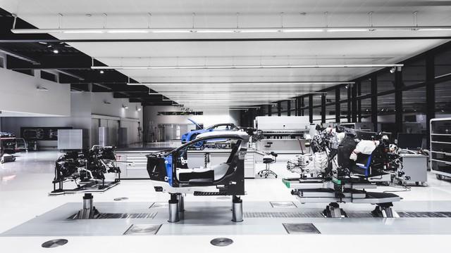 Cùng Shmee150 khám phá nhà máy sản xuất siêu xe Bugatti Chiron - Ảnh 11.