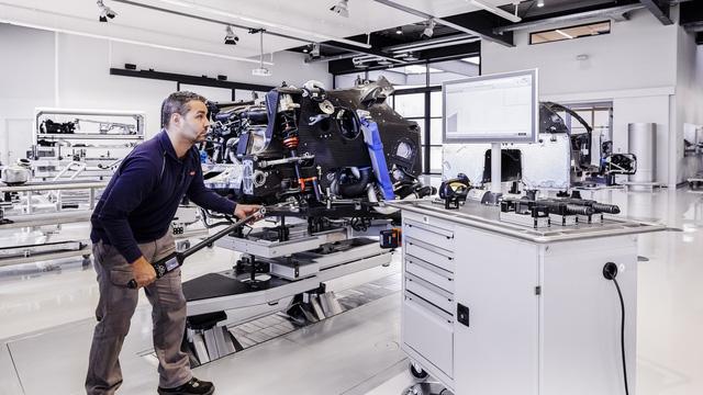 Cùng Shmee150 khám phá nhà máy sản xuất siêu xe Bugatti Chiron - Ảnh 9.