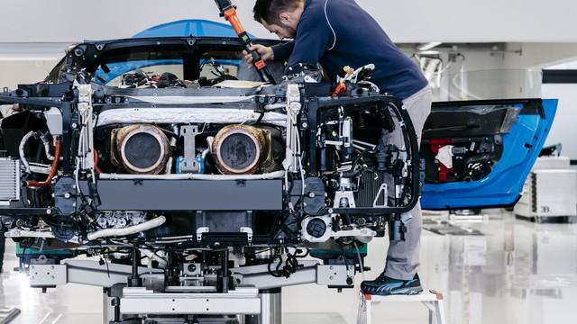 Cùng Shmee150 khám phá nhà máy sản xuất siêu xe Bugatti Chiron - Ảnh 8.