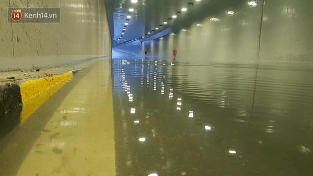 Đà Nẵng: Hầm chui 118 tỉ đồng bị ngập nặng, đường vào sân bay bị nước bủa vây, hàng loạt phương tiện chết máy - Ảnh 1.