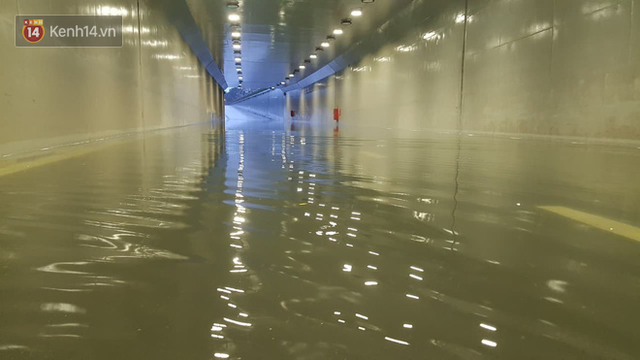 Đà Nẵng: Hầm chui 118 tỉ đồng bị ngập nặng, đường vào sân bay bị nước bủa vây, hàng loạt phương tiện chết máy - Ảnh 2.