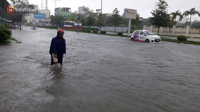 Đà Nẵng: Hầm chui 118 tỉ đồng bị ngập nặng, đường vào sân bay bị nước bủa vây, hàng loạt phương tiện chết máy - Ảnh 11.