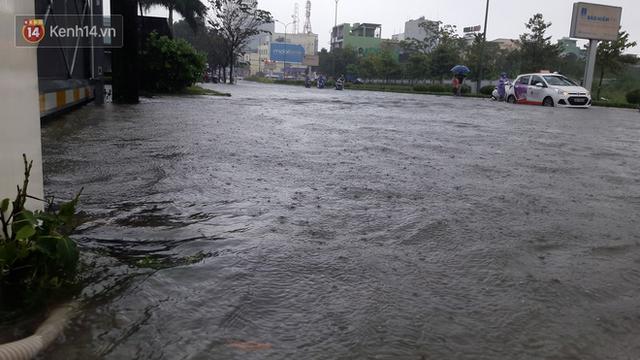 Đà Nẵng: Hầm chui 118 tỉ đồng bị ngập nặng, đường vào sân bay bị nước bủa vây, hàng loạt phương tiện chết máy - Ảnh 12.
