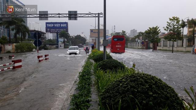 Đà Nẵng: Hầm chui 118 tỉ đồng bị ngập nặng, đường vào sân bay bị nước bủa vây, hàng loạt phương tiện chết máy - Ảnh 13.