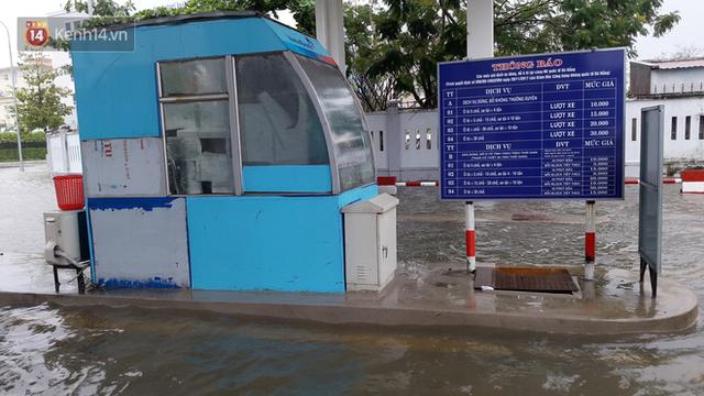Đà Nẵng: Hầm chui 118 tỉ đồng bị ngập nặng, đường vào sân bay bị nước bủa vây, hàng loạt phương tiện chết máy - Ảnh 14.