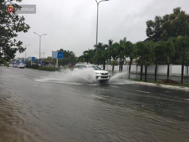 Đà Nẵng: Hầm chui 118 tỉ đồng bị ngập nặng, đường vào sân bay bị nước bủa vây, hàng loạt phương tiện chết máy - Ảnh 15.