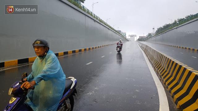 Đà Nẵng: Hầm chui 118 tỉ đồng bị ngập nặng, đường vào sân bay bị nước bủa vây, hàng loạt phương tiện chết máy - Ảnh 3.
