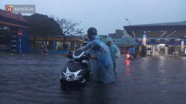 Đà Nẵng: Hầm chui 118 tỉ đồng bị ngập nặng, đường vào sân bay bị nước bủa vây, hàng loạt phương tiện chết máy - Ảnh 4.
