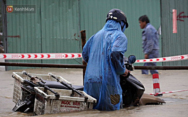 Đà Nẵng: Hầm chui 118 tỉ đồng bị ngập nặng, đường vào sân bay bị nước bủa vây, hàng loạt phương tiện chết máy - Ảnh 5.