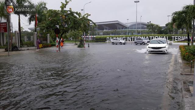 Đà Nẵng: Hầm chui 118 tỉ đồng bị ngập nặng, đường vào sân bay bị nước bủa vây, hàng loạt phương tiện chết máy - Ảnh 6.