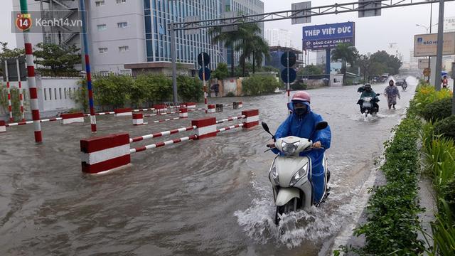 Đà Nẵng: Hầm chui 118 tỉ đồng bị ngập nặng, đường vào sân bay bị nước bủa vây, hàng loạt phương tiện chết máy - Ảnh 7.