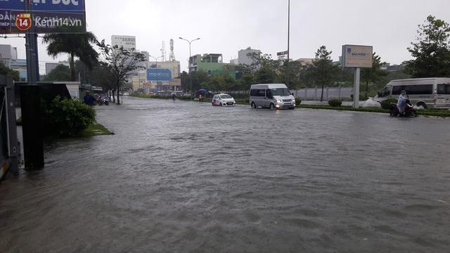 Đà Nẵng: Hầm chui 118 tỉ đồng bị ngập nặng, đường vào sân bay bị nước bủa vây, hàng loạt phương tiện chết máy - Ảnh 9.