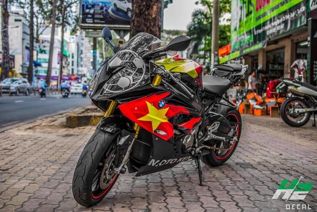 BMW S1000RR lên tem cờ đỏ sao vàng cổ vũ U23 Việt Nam đá bán kết - Ảnh 2.
