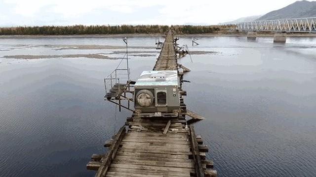 """Xem tài xế lái xe qua chiếc cầu """"nguy hiểm nhất thế giới"""""""