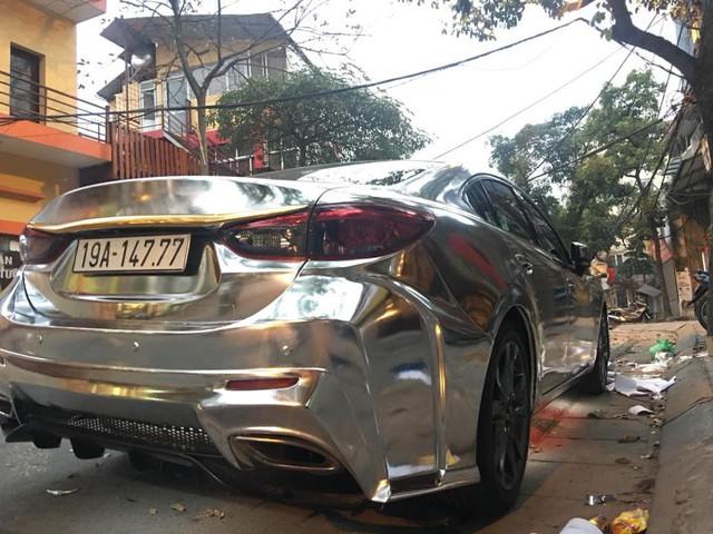 Mazda6 độ cửa cắt kéo, đính logo Mustang, dán decal bóng loáng đón Tết - Ảnh 5.