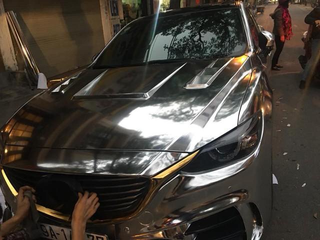 Mazda6 độ cửa cắt kéo, đính logo Mustang, dán decal bóng loáng đón Tết - Ảnh 6.