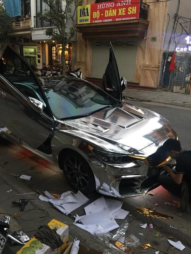 Mazda6 độ cửa cắt kéo, đính logo Mustang, dán decal bóng loáng đón Tết - Ảnh 7.