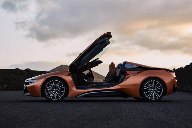 BMW i8 Roadster sẽ đến tay khách hàng vào tháng 3 với giá từ 164.295 USD - Ảnh 1.
