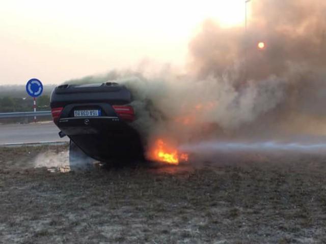 Va chạm và lật ngửa, Mercedes-AMG S63 cháy rụi tại Hải Phòng - Ảnh 1.