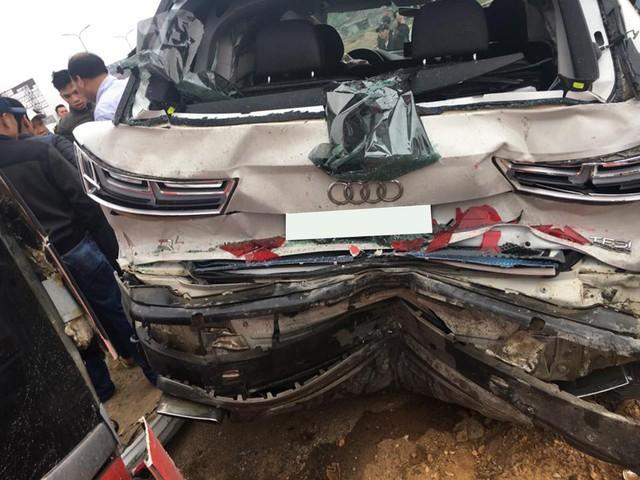 Bị đâm mạnh từ phía sau, Audi Q7 méo mó đầu đuôi - Ảnh 2.